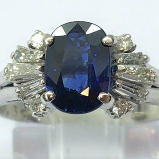 Bague Or blanc 18k, Saphir synthétique entouré de 4 diamants et 6
