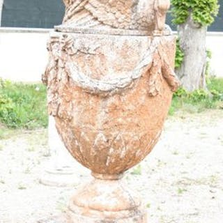 """PAIRE DE CASSOLETTES """"AUX CYGNES"""" En pierre reconstituée ancienne."""