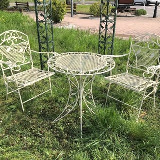Salon de jardin En fer forgé, composé d'une petite table ronde et