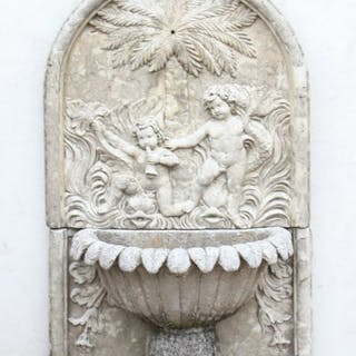 """FONTAINE """"AUX PUTTI"""" En pierre reconstituée ancienne, à vasque lotiforme."""