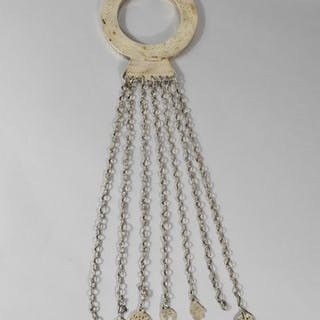 Bracelet rond en argent à sept chaînes terminées chacune par une pendeloque