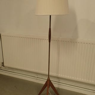 Golvlampa med träfot