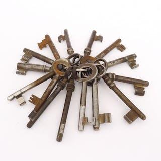 Bund 15 x Möbel-Schlüssel / Zimmertür-Schlüssel, um 1900