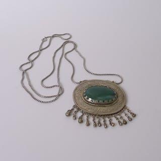 Silber Kette, mit Jade-Anhänger in großer Medaillon-Platte, um 1900