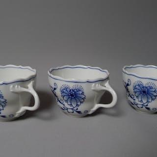 3er Set Porzellan Ersatz-Tassen, Meißen, 20. Jahrhundert, Zwiebelmuster