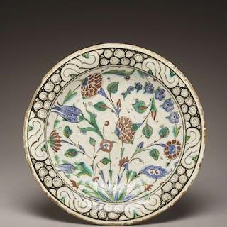 PLAT AU DÉCOR FLORAL, PLAT AU DÉCOR FLORAL Iznik, Art ottoman, 17e siècle