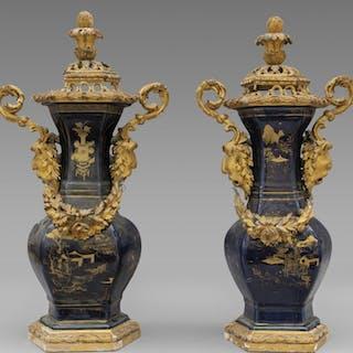 Coppia di vasi in porcellana di Cina decorati in oro su fondo blu