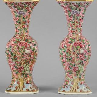 Coppia di vasi in porcellana decorati con alberi di melograno in rilievo