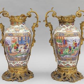 Coppia di vasi in porcellana decorati in policromia con scene di vita cinese