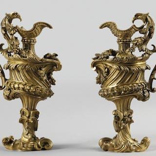 Coppia di modelli di versatoio in rame e bronzo dorato...