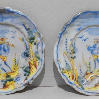Coppia di piatti in ceramica deocrati in policromia con personaggi diam.cm.15