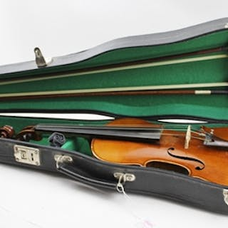 AN EARLY 20TH CENTURY FULL SIZE VIOLIN, single piece back, together