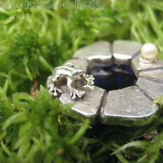 Künstlerring mit Froschfigur am Brunnen handgemacht im massiven Silber