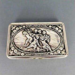 Rechteckige antike Dose in Silber mit Putten Bacchanten in Handarbeit
