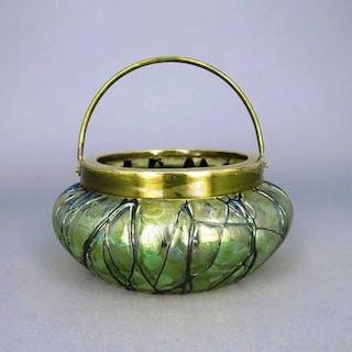 Jugendstil Schale aus irisierendem Glas mit Fadendekor und Henkel Kralik Böhmen