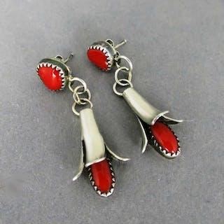 Florale Damen Ohrstecker in Silber mit roten Korallen Cabochons Zuni Schmuck