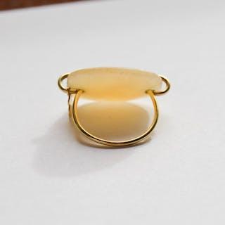 Sortija en oro de 18 kt. con cuarzo blanca marca TOUS