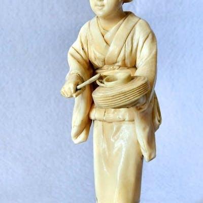 Figura femminile  - Avorio di elefante - Giappone - Periodo Meiji (1868-1912)