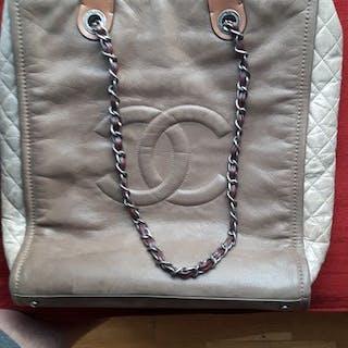 3c6ab2bc1504 Chanel bag – Auction – All auctions on Barnebys.com
