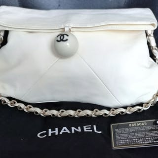 8824feed7f78 Chanel bag – Auction – All auctions on Barnebys.com