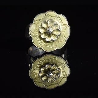 Normando medieval Plata dorada Sortija con motivos florales y geométricos.