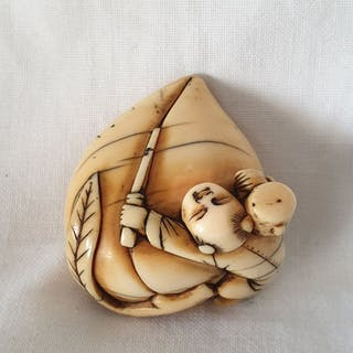 Netsuke (1) - Elephant ivory - Karako with great fishing...