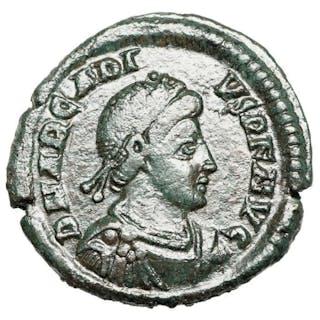 Römisches Reich - AE Arcadius (392-395) Nicomedia, Kaiser mit Standarte