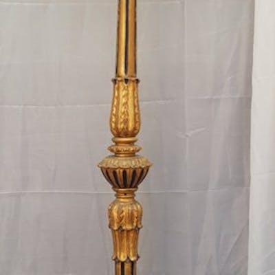 Raffinato torciere dell 800 in legno dorato e policromato, 160 cm