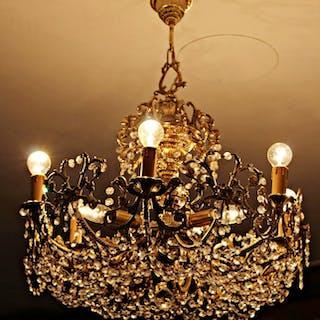 Araña con estructura de bronce y cristal tallado.