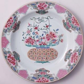 Assiette famille rose ornée d'un panier de fleurs...