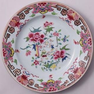 Assiette famille rose à décor de chinois - Porcelaine...