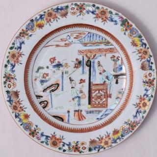 Assiette famille rose à décor de dames chinoises...