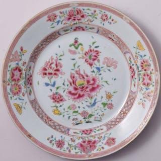 Une assiette famile rose à décor de pivoines - Porcelaine...