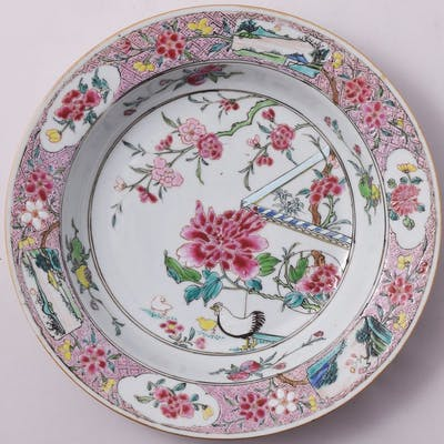 Un plat chinois de la famille rose à décor d'un coq...
