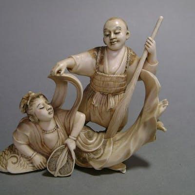 Okimono - Ivoire d'éléphant - Une Apsara Et Le Pêcheur - Japon - XIXe siècle