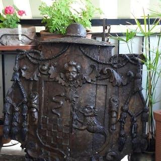 Grande stemma nobiliare - ca. 90 x 90 cm - Noce - Prima metà del 18° secolo