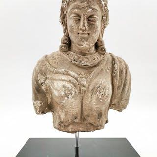 Gandhara Stuck Torso eines jungen Prinzen am Stand montiert