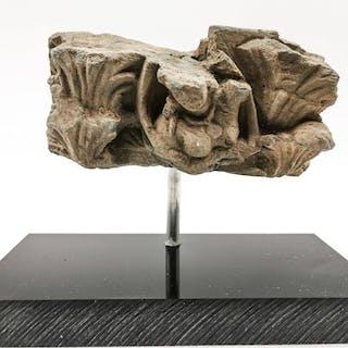 Gandhara Schiefer Platte mit der tanzenden Frau angebracht am Stand