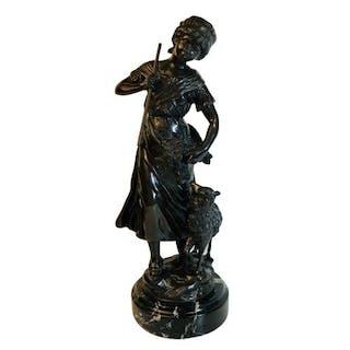 """Bronzeskulptur auf schwarz-weiß geädertem Marmor """"Die Hirtin"""" nach Y & F Moreau"""