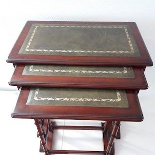 Grande mimetet di tre tavoli estraibili con foglie intarsiate in pelle