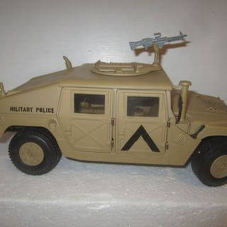Exoto - 1:18 - AM General Humvee Military policeDesert Storm in Battle Sand