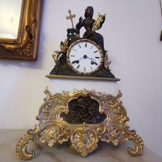 Pendule - Bronze doré - Première moitié du XIXe siècle