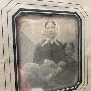 Onbekend (XIX) - Post mortem, moeder met kinderen