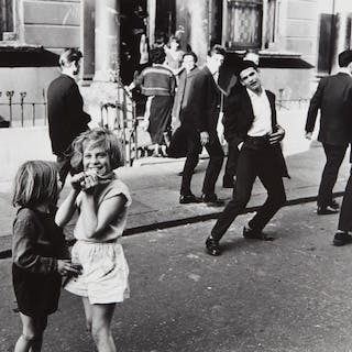 'Hey Mister, Take my Picture,' Southam Street (North Kensington) - Roger Mayne
