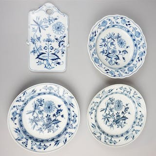 THREE MEISSEN PORCELAIN 'BLUE ONION' PATTERN PLATES AND A MEISSEN