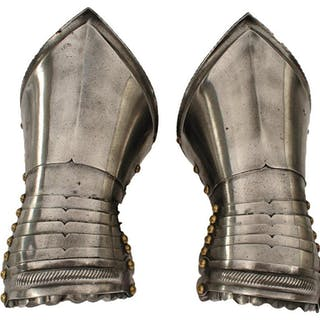 A PAIR OF EARLY 17TH CENTURY NORTH EUROPEAN GAUNTLETS, short cuffs