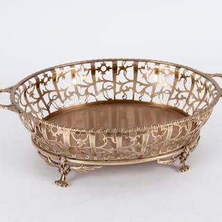 An oval silver basket, Birmingham 1929, with pierced sides, 28.5cm