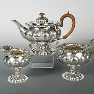 An Edward VII silver three piece tea set, by George Nathan and Ridley