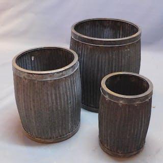 A set of three zinc plant pots of... – Current sales – Barnebys.co.uk