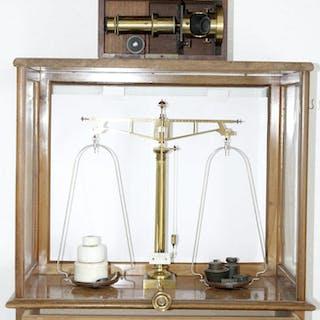 Große Apothekerwaage im Glaskasten (47 X 24 X 49 cm